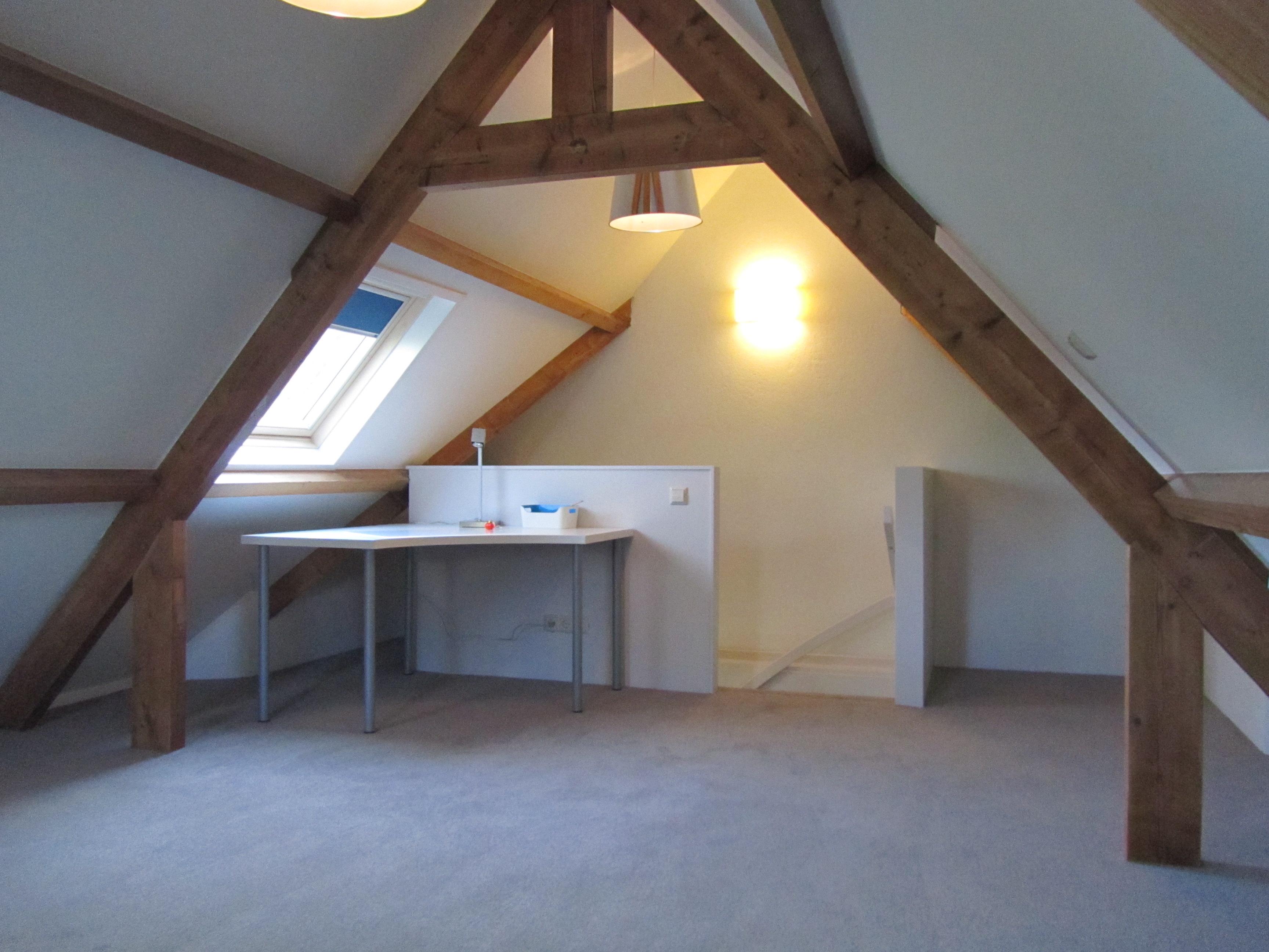 de radiator en de verlichting maken deze zolderruimte tot een leefruimte na het bepalen van de stopcontacten internet en tv aansluitingen kan de ruimte
